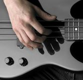 Mano en la guitarra baja Fotos de archivo