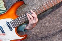 Mano en la guitarra eléctrica del cuello Imagen de archivo