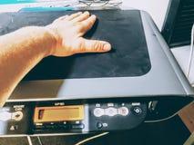 Mano en la impresora del ordenador Imágenes de archivo libres de regalías