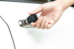 Mano en llave del coche Fotografía de archivo libre de regalías