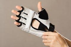 Mano en los guantes para los artes marciales Imagen de archivo
