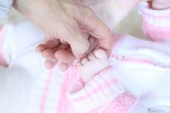 Mano en manos de los padres, cierre del bebé para arriba Fotografía de archivo libre de regalías
