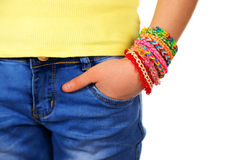 Mano en muchacha adolescente del bolsillo con las pulseras que tejen hechas a mano de moda Imagen de archivo libre de regalías
