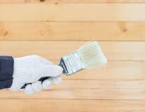 Mano en pinturas del cepillo de la tenencia del algodón del guante Fotos de archivo
