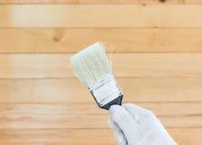 Mano en pinturas del cepillo de la tenencia del algodón del guante Imagen de archivo