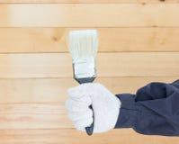 Mano en pinturas del cepillo de la tenencia del algodón del guante Foto de archivo