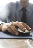 mano en ratón del ordenador Imagen de archivo libre de regalías