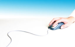 Mano en ratón Foto de archivo libre de regalías