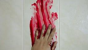 Mano en sangre en una pared asesinato metrajes