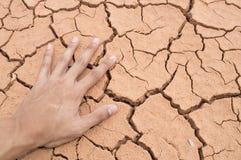 Mano en suelo seco Fotos de archivo