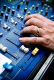 Mano en tarjeta de control del sonido Imagenes de archivo