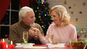 Mano envejecida de la señora del hombre que se besa blando, mujer que liga, celebración de la Nochebuena almacen de metraje de vídeo