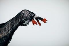 Mano espeluznante de la bruja del monstruo de Halloween con blanco, rojo y negro fotografía de archivo