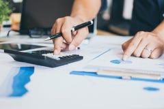 Mano facendo uso del calcolatore, concetto dell'uomo di affari di contabilità immagini stock libere da diritti
