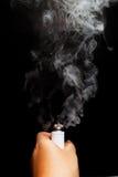 Mano facendo uso di e-cigarette/e-cig/vape Immagini Stock