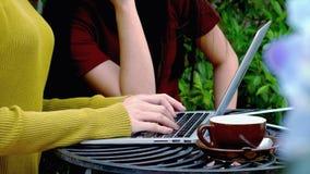 Mano femal joven que mecanografía en el teclado del ordenador portátil Imágenes de archivo libres de regalías