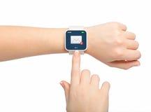 Mano femenina aislada con el correo electrónico del smartwatch Fotos de archivo libres de regalías