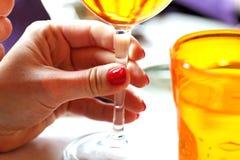 Mano femenina con el vidrio de vino Imagen de archivo libre de regalías