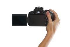 Mano femenina con la cámara digital aislada en blanco Foto de archivo
