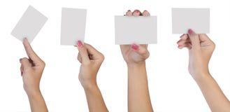 Mano femenina con la tarjeta de visita en blanco fotos de archivo