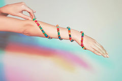 Mano femenina con las pulseras Fotografía de archivo