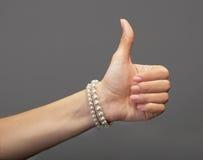 Mano femenina con un pulgar para arriba Fotografía de archivo libre de regalías