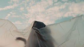 Mano femenina debajo del plástico que alcanza para la ayuda almacen de video