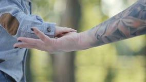 Mano femenina del ` s del pequeño del bebé del ` s tacto de la mano almacen de metraje de vídeo