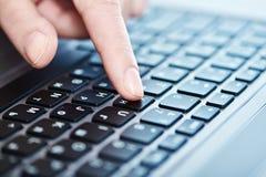 Mano femenina en el teclado del ordenador portátil Imagen de archivo libre de regalías