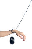 Mano femenina limitada por el cable del ratón del ordenador Fotos de archivo libres de regalías