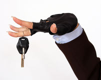 Mano femenina que lleva a cabo claves de un coche Fotografía de archivo libre de regalías
