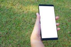 Mano femenina que lleva a cabo el negro del smartphone imagen de archivo