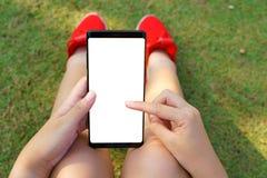 Mano femenina que lleva a cabo el negro del smartphone fotografía de archivo