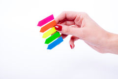 Mano femenina que lleva a cabo etiquetas del color Imagen de archivo