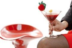 Mano femenina que lleva a cabo la bebida del cóctel en barra aislada Imagen de archivo libre de regalías