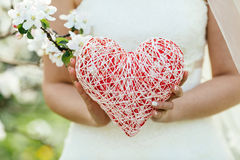 Mano femenina que lleva a cabo un símbolo del corazón Fotos de archivo libres de regalías