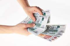 Mano femenina que lleva a cabo una gran cantidad de rublo rusa del dinero Imagenes de archivo