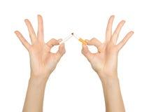 Mano femenina que machaca los cigarrillos Foto de archivo libre de regalías