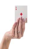 Mano femenina que muestra el as de la tarjeta de los diamantes Fotografía de archivo libre de regalías