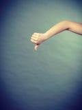 Mano femenina que muestra el pulgar abajo Fotografía de archivo