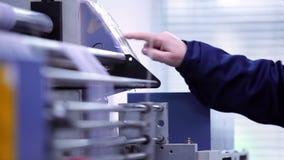 Mano femenina que presiona en el panel de control  almacen de video