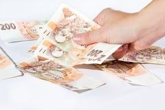 Mano femenina que sostiene billetes de banco checos Fotos de archivo libres de regalías