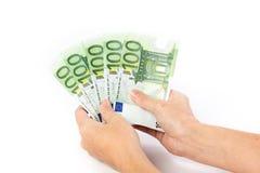 Mano femenina que sostiene 100 billetes de banco euro Fotografía de archivo libre de regalías