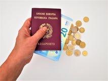Mano femenina que sostiene dos pasaportes italianos fotos de archivo libres de regalías