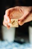 Mano femenina que sostiene el cubo del azúcar Fotos de archivo libres de regalías