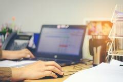 Mano femenina que sostiene el ratón del ordenador para el trabajo de oficina, estafa del negocio Imagen de archivo