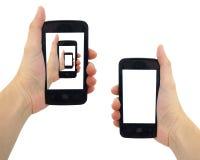 Mano femenina que sostiene el teléfono elegante con la pantalla en blanco Aislado en el fondo blanco Imagen de archivo