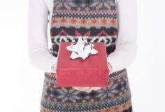 Mano femenina que sostiene la caja de regalo roja Foto de archivo