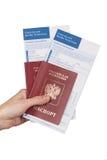 Mano femenina que sostiene los pasaportes rusos del viaje Imagen de archivo libre de regalías