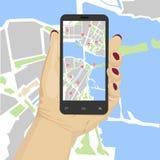 Mano femenina que sostiene smartphone con los gps o el mapa móviles de la navegación de los glonass Imagen de archivo libre de regalías